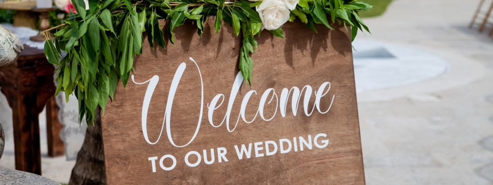 Wooden,Welcome,Table,Board,Sign,At,The,Wedding,On,The