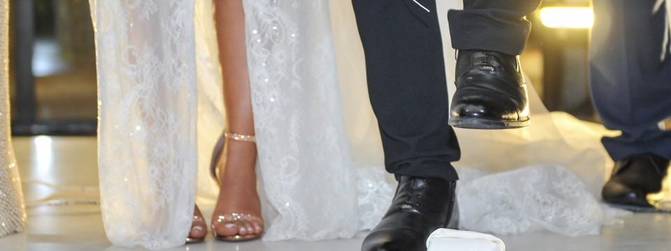 Groom,Brakes,The,Glass,At,Jewish,Wedding